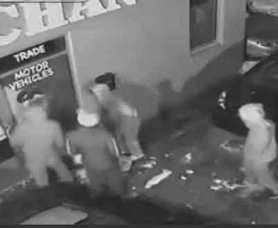 カーディーラーに8人の泥棒が侵入。2000ドルの損害