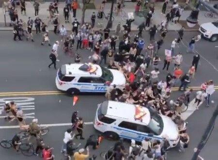 【衝撃】アメリカ、もう滅茶苦茶。警察が激怒してパトカー2台で民衆に突撃し始める