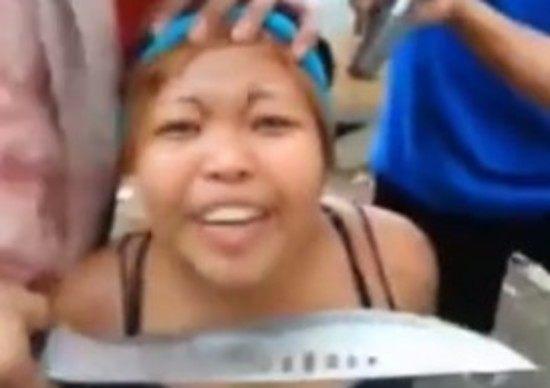 【動画】 拳銃と大きな刃物を突き付けられた女性が涙ながらに命乞い !!