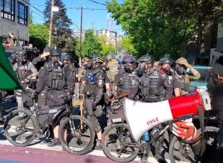 シアトル警察がフラッシュバンなどを用い、自転車を使って前線を押し上げ抗議デモ暴徒を鎮圧していく映像