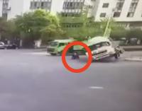 【事故死】横転するセメントトラックにぺちゃんこに押し潰されるスクーター