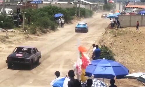 2人が死亡したメキシコの自動車レースのクラッシュ映像。