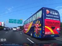 渋滞の最後尾に大型バスが突っ込む瞬間のドラレコ映像が怖すぎて怖すぎて(°_°)