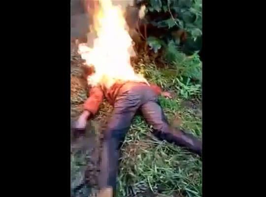 【グロ動画】生きたまま火を付けられた女性が燃えながら死んでいくまで・・・