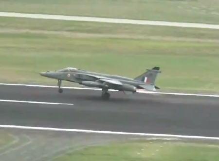 離陸直後のインド空軍戦闘機にバードストライク。予備燃料タンクと爆弾を投下して墜落を免れる。