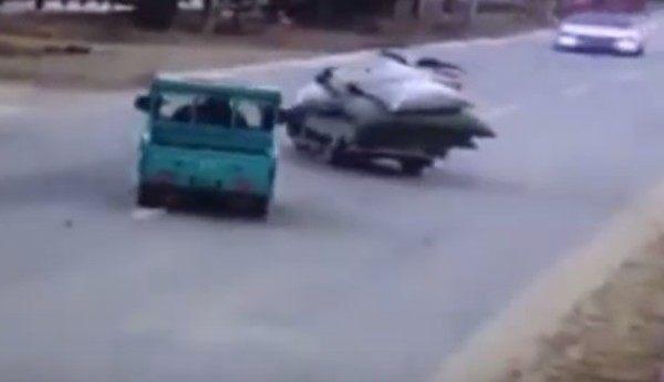 【動画】 正面衝突で車から人が飛び出す交通事故の映像と危機一髪!!