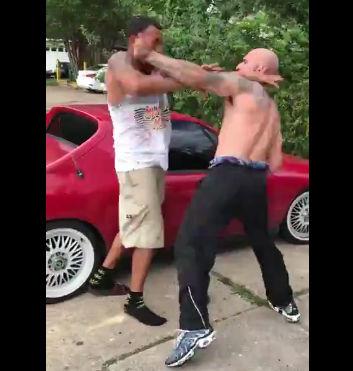 黒人VS白人 一方的に殴りまくられゴミの中に投げ飛ばされる【動画】