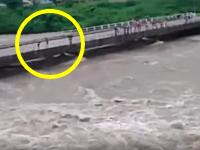 流れる水の力を甘く見ちゃいけない。溢れそうな川を橋の上から見学していた人たちが大ピンチに。