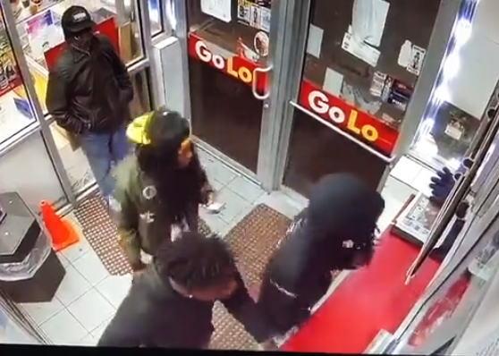 【衝撃映像】ガソスタ拳銃乱射事件。仲間を盾にした男は助かったのかな?