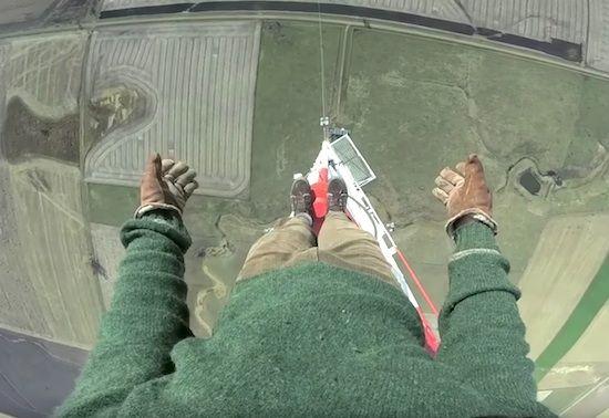 世界一高い電波塔(475メートル)に命綱なしで登るクレイジー男