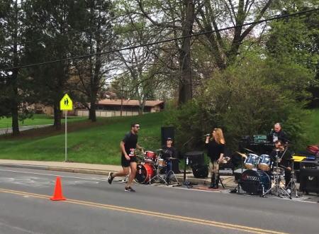 ニューヨーク州のマラソンコースに現れたちょっと変わった応援団たちの映像。
