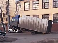 おいその状態で無理に走ろうとするなよwww明らかにおかしいトラックが撮影される。