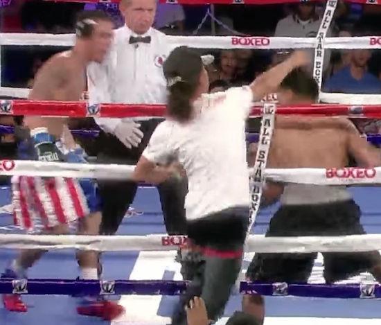 ボクシングの試合でファンが対戦相手選手に殴りかかる