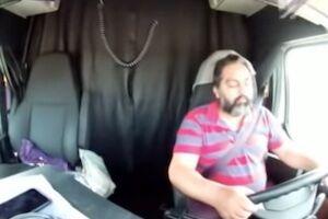 大型トラックを運転中に完全に寝落ちしてしまった男の内側カメラ。