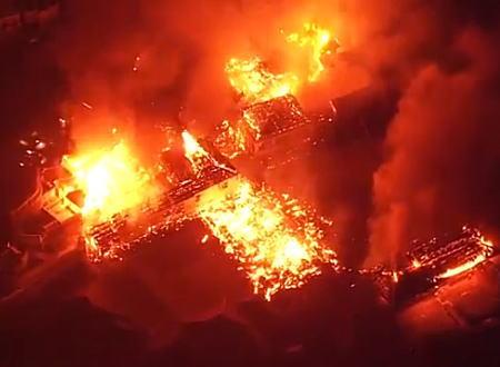 沖縄県の首里城火災。上空からの映像がこの世の終わりみたいになっている(@_@;)