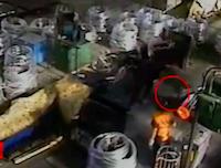 【事故動画】機械のワイヤーに巻き込まれ一瞬で頭部が切断される作業員