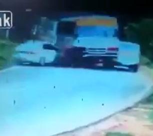 バスがカーブで前の車を追い越そうとするが対向車と正面衝突