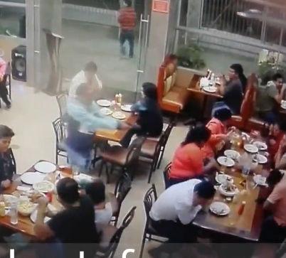レストランに銃を持った殺し屋が現れ2名を撃ち殺す