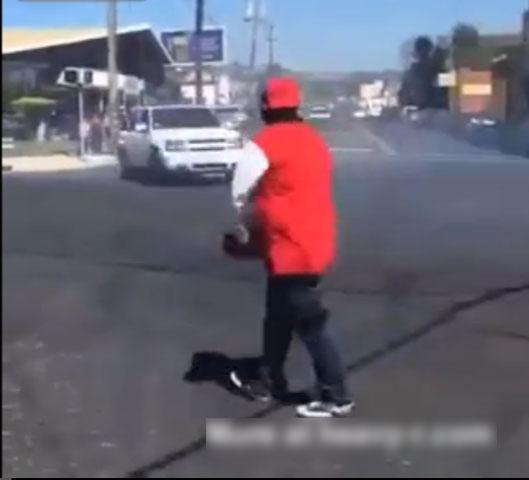 【衝撃動画】麻薬売人のギャングの男が想定外のハプニングに襲われたwwwww(動画1本)