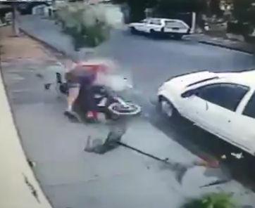 警察から逃げるバイクが街路樹に突っ込みクラッシュ【動画】