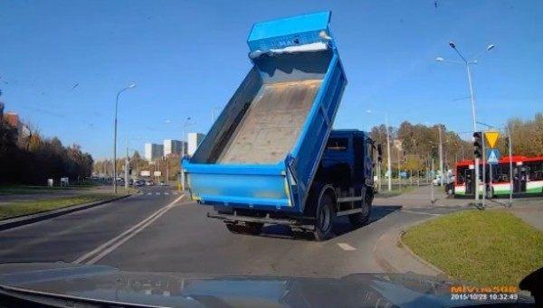 【動画】 荷台が上がったまま走っている前のトラックに注意して危機一髪!
