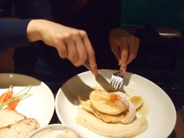 食べる女パンケーキ