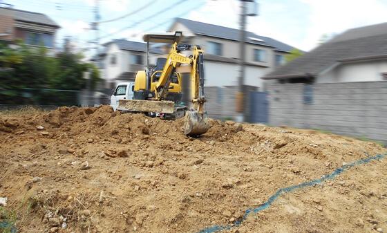 建物のラインに沿ってユンボ(小型のショベルカー)で「掘り方」をしています。