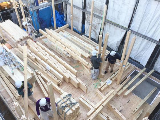 基礎工事が終わると、キソパッキン・土台敷き床下断熱材の施工1階の床合板と施工は進み、「上棟日」を迎えます
