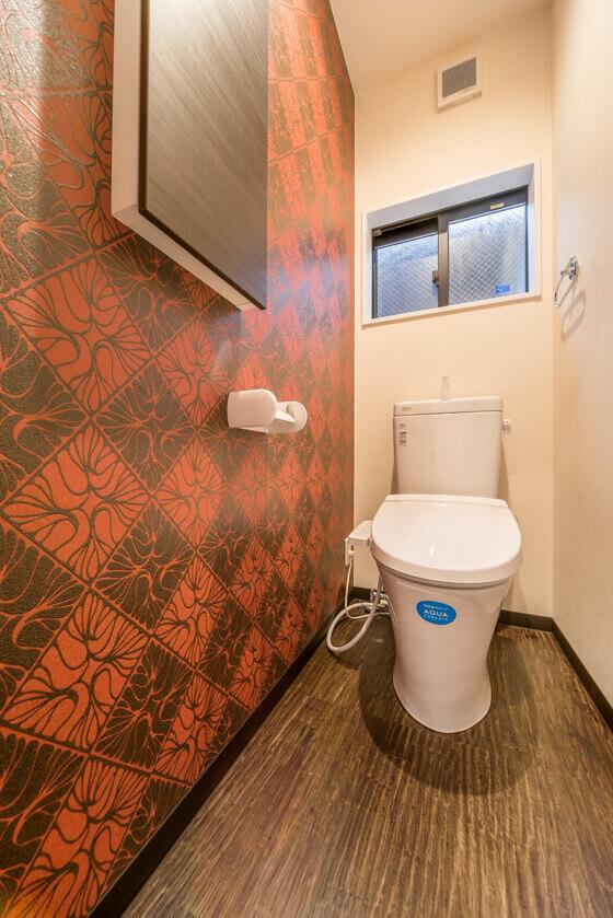 2階のトイレはリクシルのベーシア。アクアセラミック素材です。2階トイレはレッド系のアクセントクロス。シンコールのBB-9719。