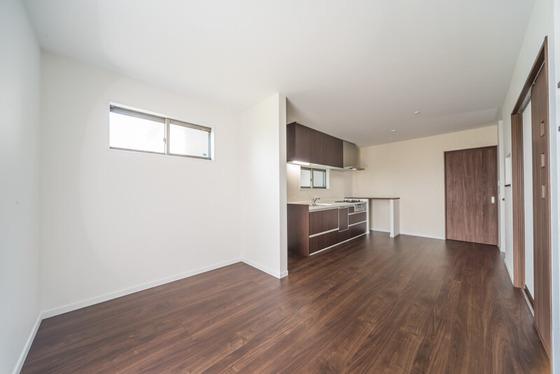 キッチンの横、写真では正面にある「LIXILの引込み戸」が洗面室の入口です。