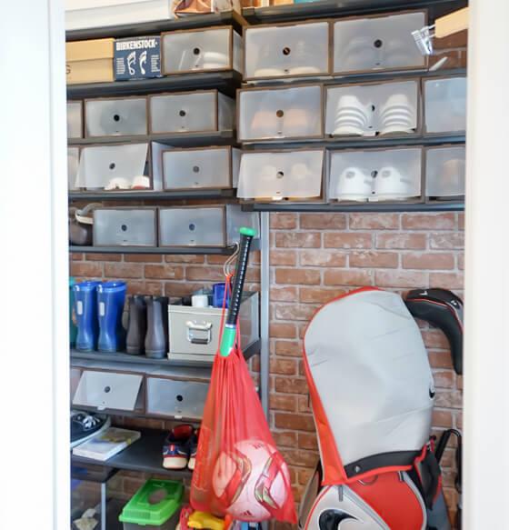 シューズクロークにはゴルフバックや靴、傘などたくさん収納ができ、大変便利です。