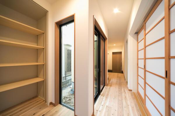 幅125mm、奥行き15mmの杉板の無垢材がまっすぐ伸びています。節が少しあり、赤みを含んだ材が混ざるのが杉板の特徴