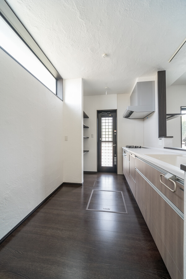 キッチンの床材は、2階のお部屋と同じフローリング、「パナソニックのフィットフロアー」からスモークオーク柄を選ばれました