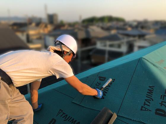 野地板の施工後、ルーフィング(屋根防水シート)の施工を行っているところ。
