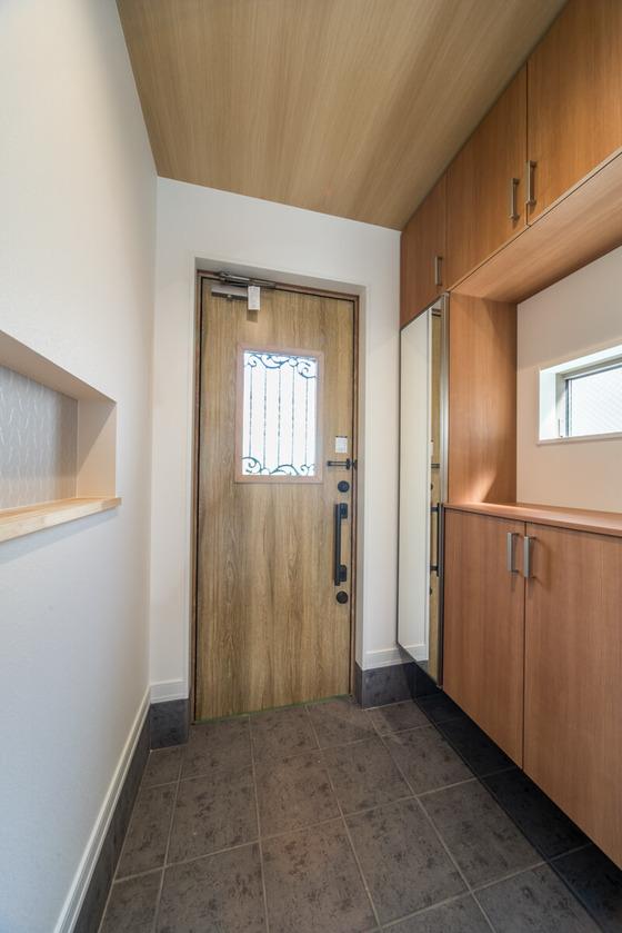 玄関ドアは、断熱玄関ドア「ジエスタ」のD42型、シュガーオークを選定