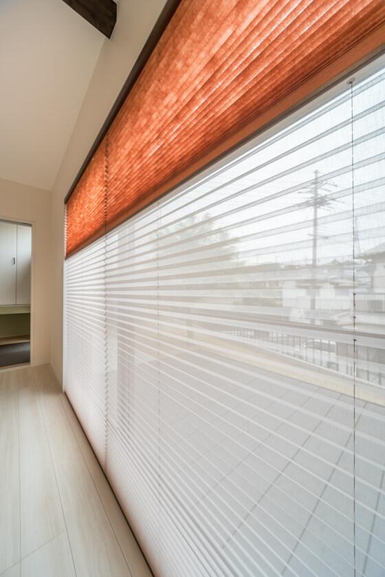 窓には、ニチベイのポポラからプリーツスクリーンを選定 不織布の「いぶき」とシースルーの「みなもⅡ」を使って上下で切り替え。