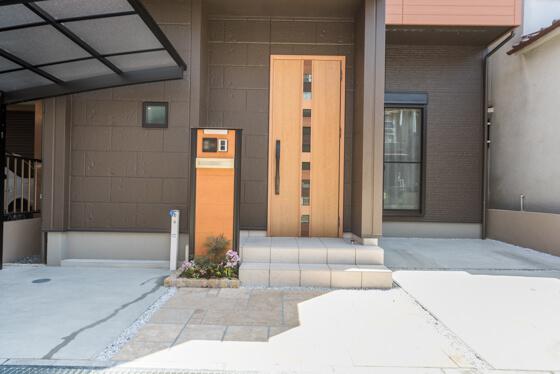 玄関ドアは、リクシルの防火ジエスタ(タッチキー付)。ドアデザインはF21、色はクリエラスク。