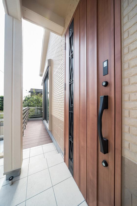 玄関ドアはLIXILの光を採りこめる採光ドア。カザス付のジエスタ(B11型/ミディアムチェリー)です。ナチュラルモダンな扉に家具やホテルの内装に使われる希少なヨーロピアンチェリーを再現した紅褐色のミディアムチェリー色。
