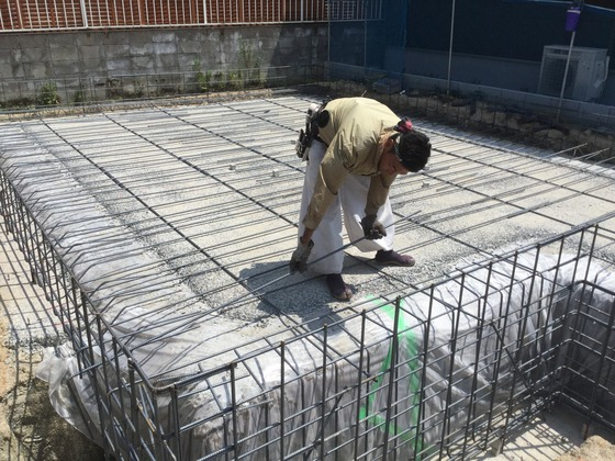 掘方のあとは「防湿シート」を貼って「捨てコンクリート」を打設