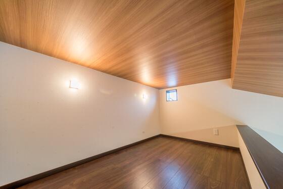 ロフトの天井はしっかり1400㎜の高さをキープしています。ロフトの照明は、壁面にブラケットライト(大光電機/DBK-39359Y)を2灯設置