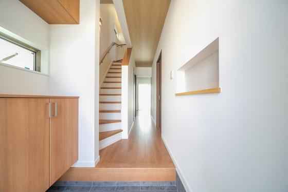 フロア・階段・下足箱は、LIXILの「クリエラスク」色で統一