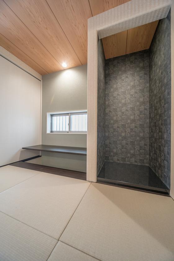 伝統工芸品を置く床の間の床には、アイカの黒塗りの床板を採用。床板は鏡面タイプになっており、ものすごい高級感が漂っていますね