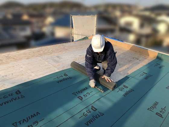 上棟の最後には、防水下地の「ルーフィング」を屋根業者さんが施工します