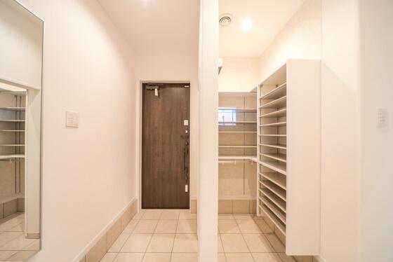 玄関に姿見付きの小物収納ボックス/スリッパ収納ボックス