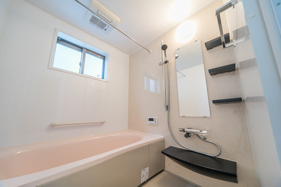 天井には暖房換気扇と竿掛けもついていますので、浴室内乾燥も可能です