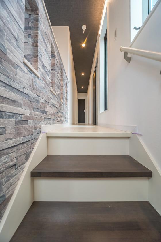 階段の踏面は、アイカ工業のDN(ダンベルオーク)色
