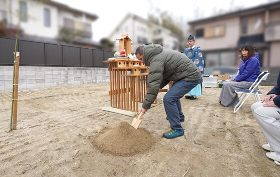 氏神様は山田神社。神職様が来られこの日地鎮祭を執りおこないました。
