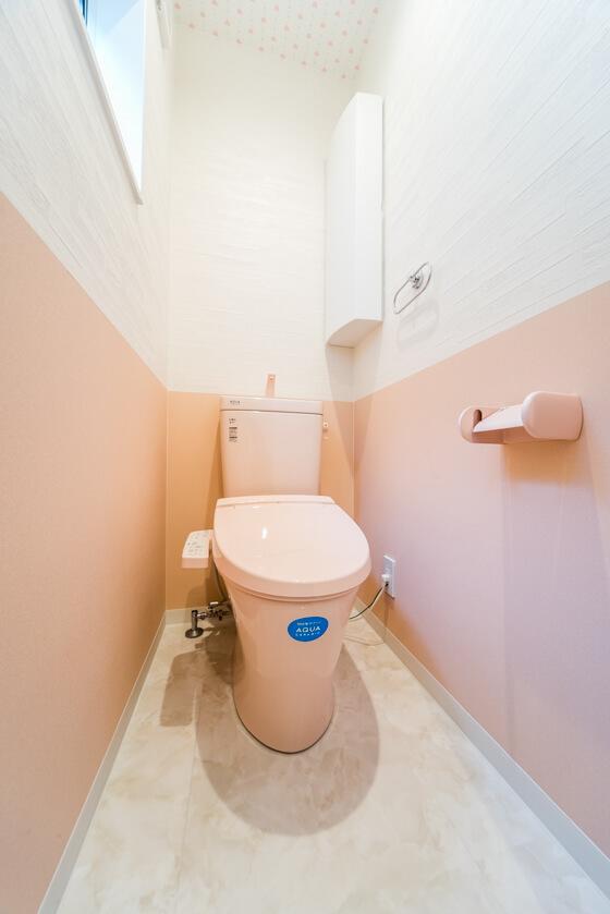 トイレは、かんたんお掃除で、新品のツルツルが100年つづく、リクシルの「アメージュ。アクアセラミック(ピンク)。紙巻器もピンクなんですよ~