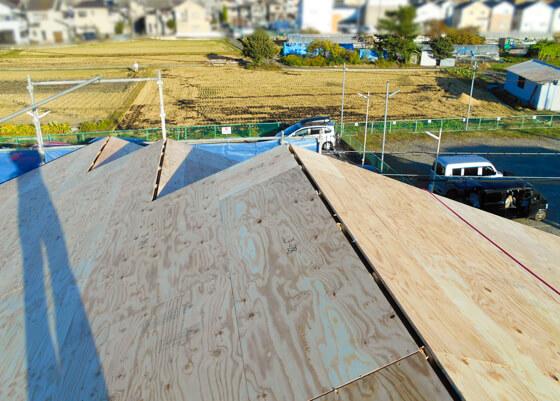 3段に分かれた切り妻屋根形状が出来ました。「屋根のトップ数センチの隙間は、棟換気をするため」に、野地板を完全に密着させずに開けている開口です。