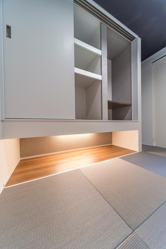 和室収納(吊押入れ)の内部は役割を2分割。右側がお仏間、左側はお布団や座布団などを収納できるように棚の高さを設定しています